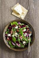sallad med rödbetor, blåmögelost, nötter och vinaigrette. foto