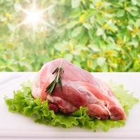 skivade bitar av rått kött för grillfest foto