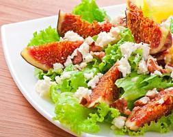 grön sallad med fikon, ost och valnötter foto