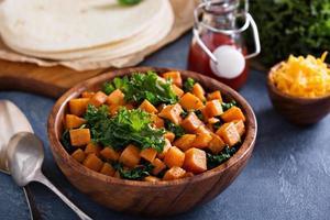 att göra quesadillas med grönkål och sötpotatis foto