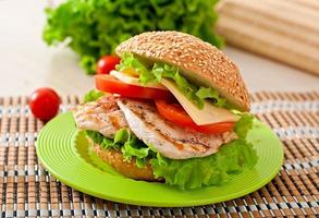 kycklingsmörgås med sallad och tomat foto