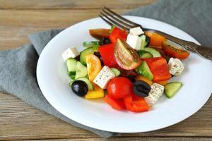 grekisk sallad på en vit platta