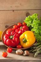 grönsaker tomatpeppar avokado sallad sparris foto