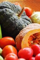 färska grönsaker - pumpa - tomater. foto