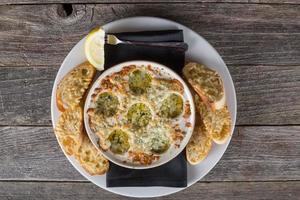 gourmet Caesar sallad med bakad ostskiva och krutonger foto