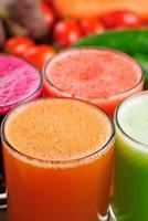 olika färska grönsaksjuicer foto