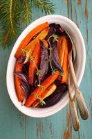 rostade grönsaker: rödbetor, morötter, lök, sellerirot foto