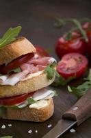 läcker smörgås på rustik bakgrund foto