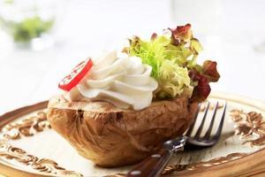 bakad potatis och krämig spridning foto