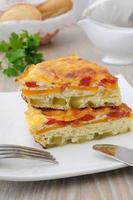 omelett med grönsaker och ost foto