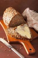 friskt fullkornsbröd med morot och frön foto