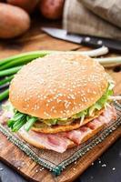 hamburgare med potatispannkaka och bacon foto