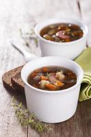 linssoppa med korv foto
