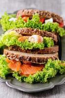 smörgås med skaldjur foto