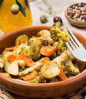 bakade blandade grönsaker (rosenkål, morötter, broccoli) foto