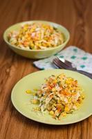 sallad med färska grönsaker. foto