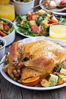 hel rostad kyckling på middagsbordet foto