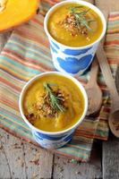 pumpa gräddsoppa med peppar och kryddor foto