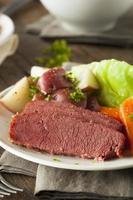 hemlagad corned beef och kål foto