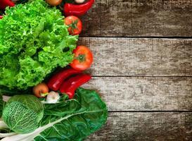 färska och hälsosamma grönsaker på brädet foto