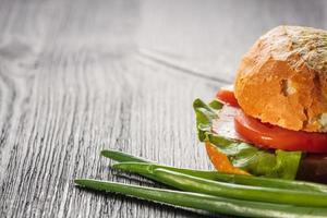 smörgås med bacon och grönsaker foto