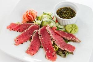 sesamfrö crusted seared tonfisk foto