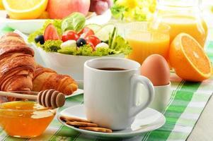frukost med kaffe, apelsinjuice, croissant, ägg, grönsaker