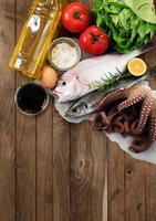 färsk fisk och grönsaker foto