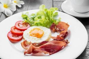 frukost med stekt ägg, bacon och kaffekopp foto