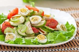 sallad med tomater, gurkor och vaktelägg foto