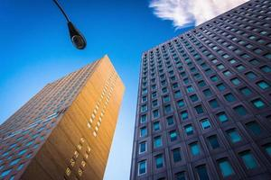 två moderna byggnader och en gatulampa i Baltimore, Maryland. foto