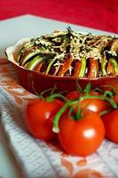 bakade skivade grönsaker med ost foto