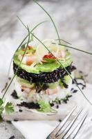 torn av svartvitt ris med räkor och zucchini foto