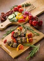 spett med köttbollar och grönsaker foto