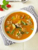 grönsakssoppa med fisk och bovete foto