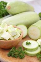 färsk grönsaksmärg och andra grönsaker för matlagning foto