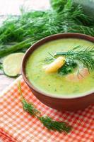 gräddsoppa med räkor och grönsaker foto