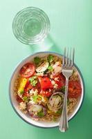 frisk couscous sallad med grillad tomatpeppar zucchinilök
