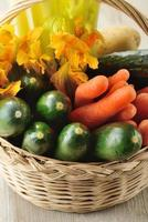 blandade grönsaker i en korg foto