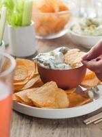 potatischips och färska grönsaker med dopp foto