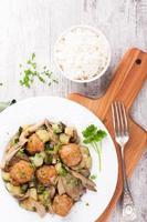 kycklingköttbullar med ostronsvampar foto