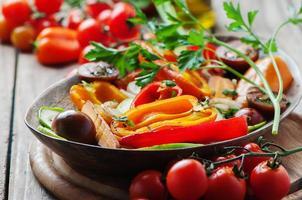 grillade grönsaker på träbordet foto
