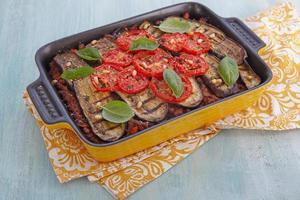 bakad gratin med malt kött och aubergine foto