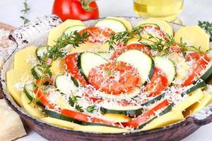 tomater, potatis och zucchini förberedda för bakning foto