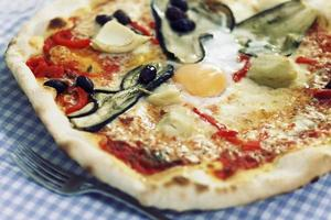 närbild av en blandad grönsaker och äggpizza foto