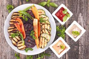 grillad grönsak och dopp foto
