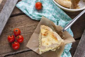 paj med blomkål, zucchini och ost foto