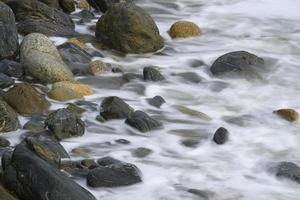 vågor på stenar foto