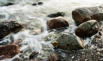 vågor mellan klipporna foto