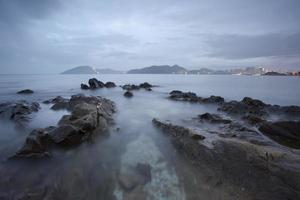stenar vid kusten foto